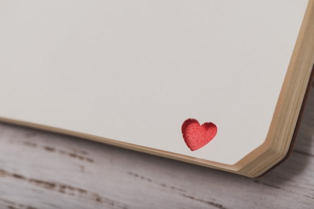 Corner von einem notebook mit einem roten herzen