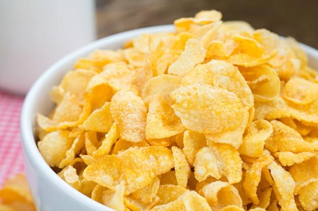 Cornflake-getreide auf weißer schüssel mit nahem hohem schuss.