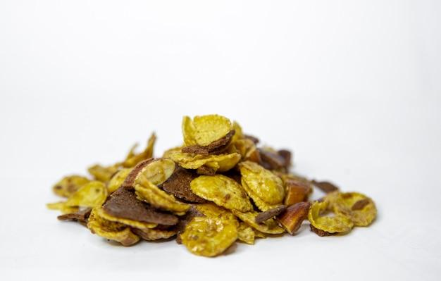 Cornflake-mandel- und schokoladen-cokies auf weiß mischen