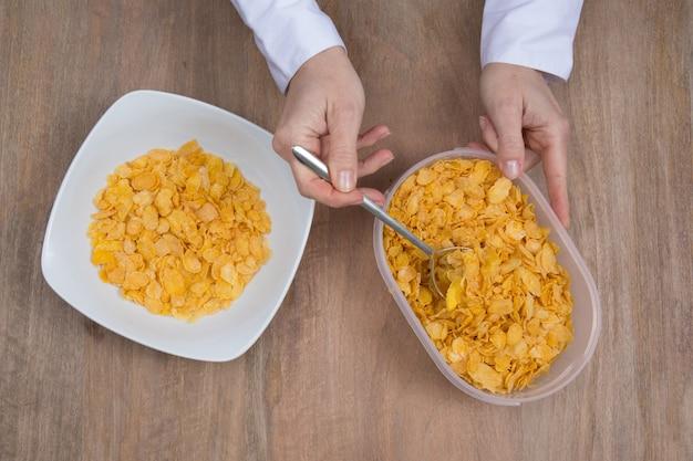 Cornflakes in der porzellanschale lokalisiert auf weiß