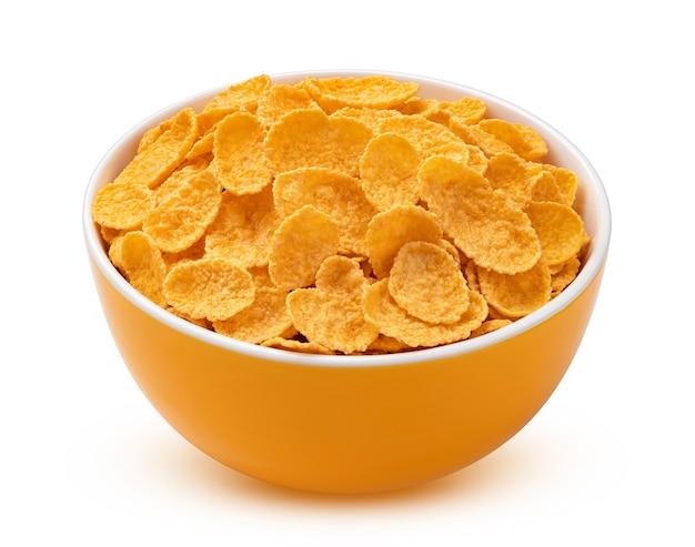 Cornflakes in einer orangefarbenen schüssel auf weißem hintergrund