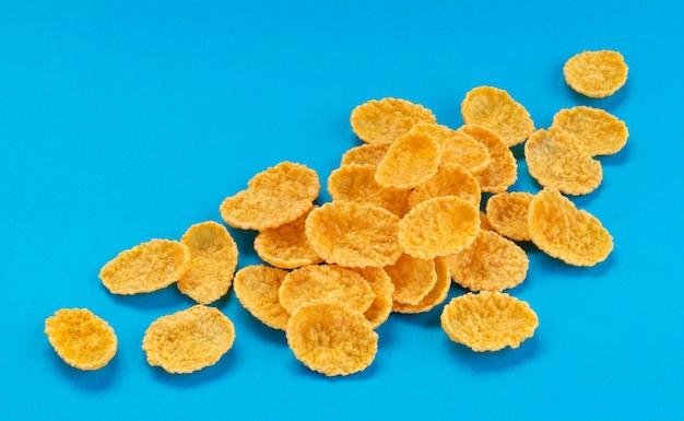 Cornflakes isoliert auf blaue farbe