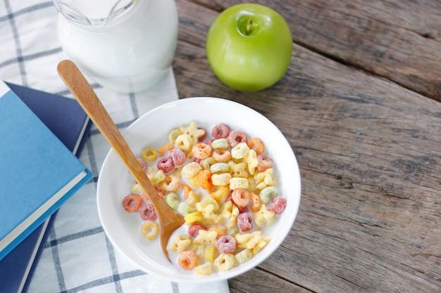 Cornflakes müsli und milch in einer schüssel auf dem tisch