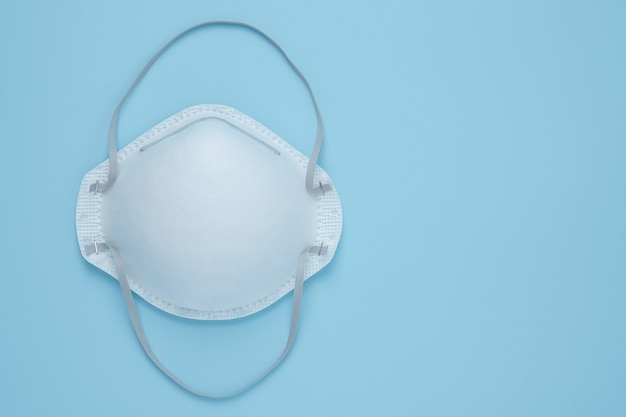 Corona virus prävention gesichtsmaske schutz n95 masken auf blau isoliert
