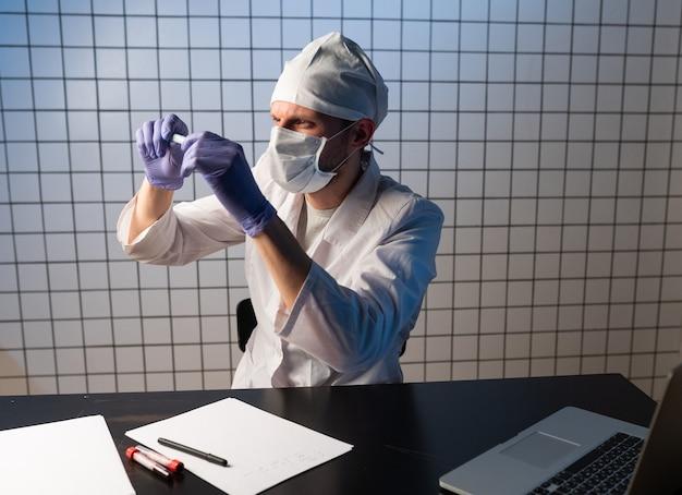 Coronavirus 2019ncov-virus, die hand des arztes, die blutprobe hält und notizen macht, die patientendaten auf rezept schreiben writing