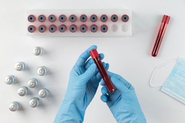 Coronavirus-arrangement mit blutproben und impfstoff