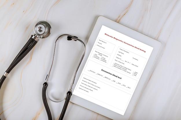 Coronavirus-blutuntersuchung mit bericht und stethoskop