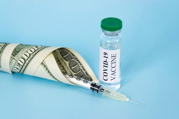 Coronavirus covid-19 impfglas, spritze und geld