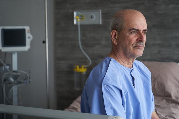 Coronavirus covid 19 infizierter patient in krankenhausbettquarantäne