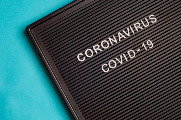Coronavirus - covid -19 - text auf schwarzem buchstaben.