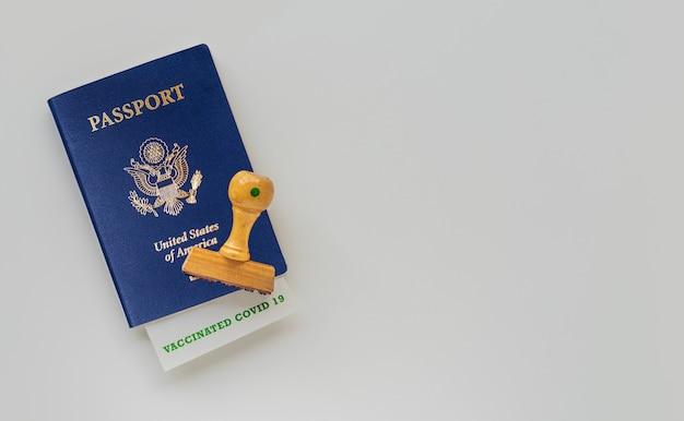Coronavirus das konzept eines flugverbots zwischen ländern. italienischer reisepass mit stempel.