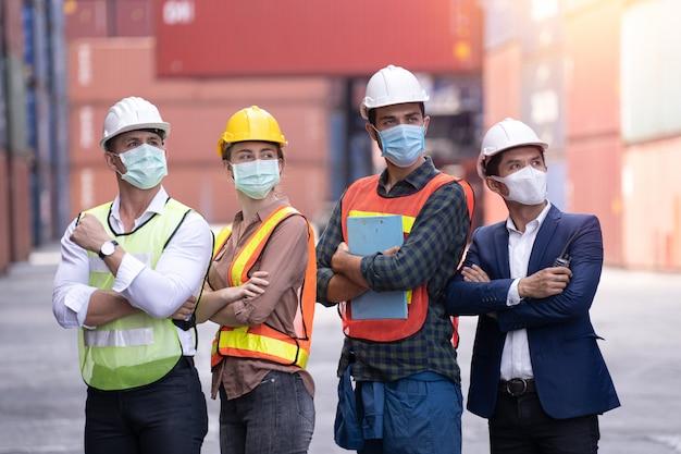 Coronavirus disease oder covid können sich ohne maske leicht ausbreiten. maskierte arbeiter in quarantäne schützen die ausbreitung von covid 19 durch das tragen von gesichtsmasken. arbeiter sind ingenieure, die während der quarantänezeit masken tragen