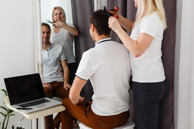 Coronavirus herrenhaarschnitt zu hause, online-friseurunterricht auf einem laptop