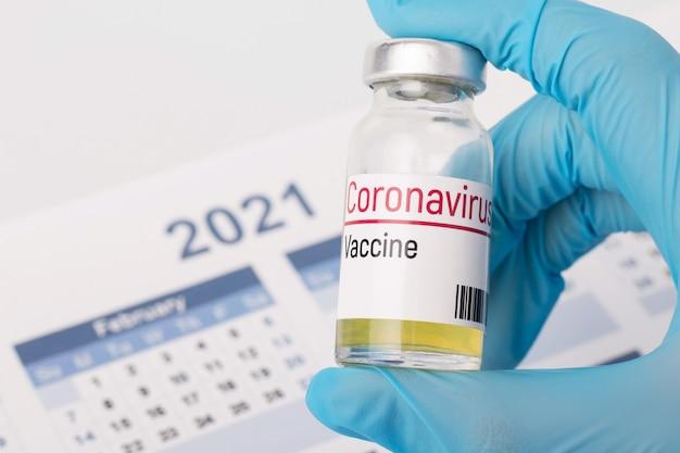 Coronavirus-impfstoff gegen kalender von 2021 jahren. konzept der entdeckung eines impfstoffs gegen coronavirus im jahr 2021