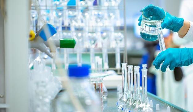 Coronavirus-impfstoffentwicklung in einem apothekenlabor, chemiekonzept