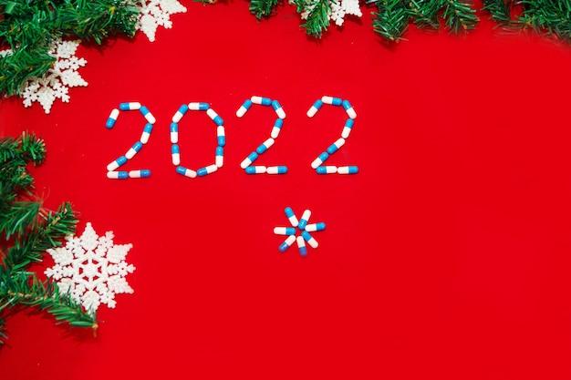 Coronavirus ncov und die neujahrsfeiertage in weihnachtsdekorationen und medikamenten für selbstisolationskrankenhaus...