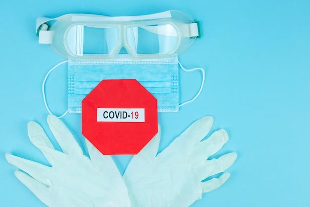 Coronavirus pandemie. antivirale medizinische maske zum schutz vor grippekrankheiten. chirurgische maske. covid middle east respiratory syndrome coronavirus. corona-virus-krankheit 2019, covid-19. bleib zuhause