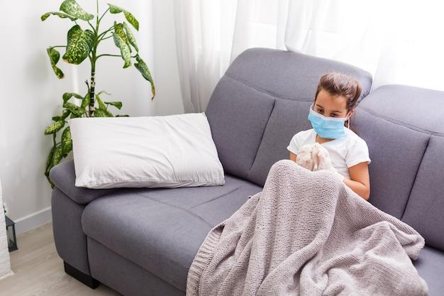 Coronavirus-quarantäne für ein krankes kleines mädchen in maske