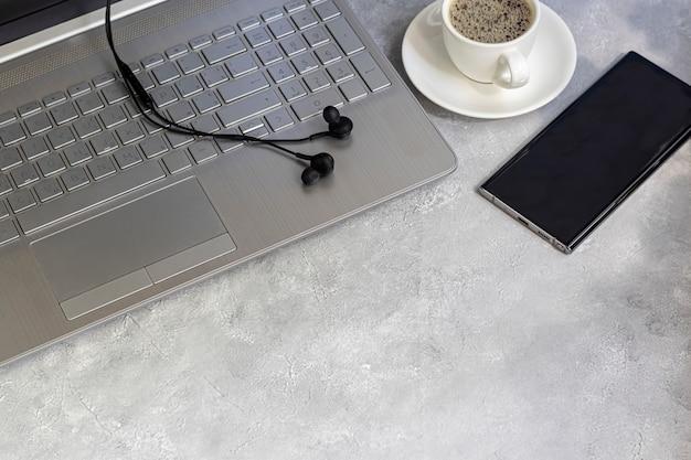 Coronavirus. quarantäne online-schulung, ausbildung und freiberufliche tätigkeit. lieferung zum mittagessen. laptop, telefon und medizinische maske zum schutz. büros schließen.