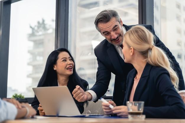 Corporate business team und manager in einer besprechung. junges team von mitarbeitern, die große geschäftsdiskussion im modernen coworking office machen. teamwork menschen konzept