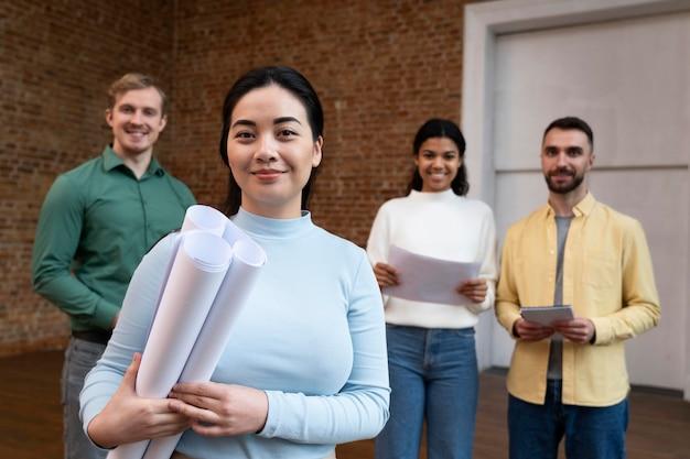 Corporate worker brainstorming zusammen