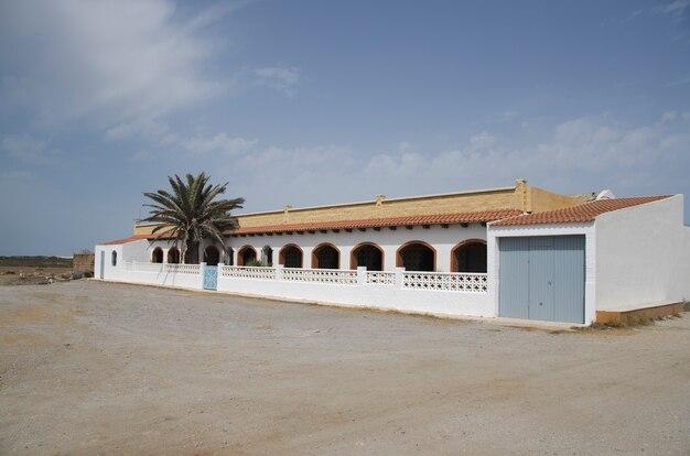 Cortijo en andalusia almeria ein großes weißes haus mit einer palme im inneren
