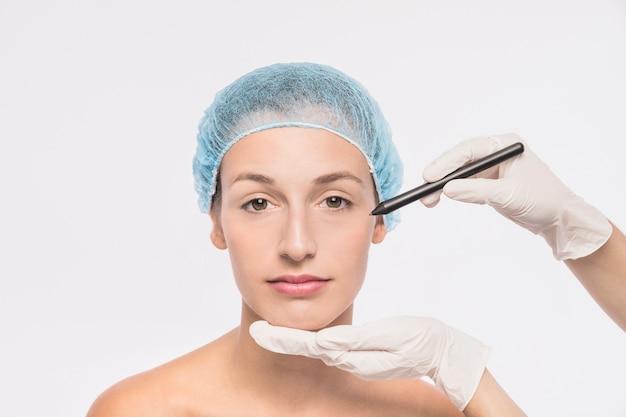 Cosmetologist, der frau für einspritzung vorbereitet