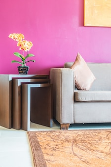 Couch mit einem holzmöbeln
