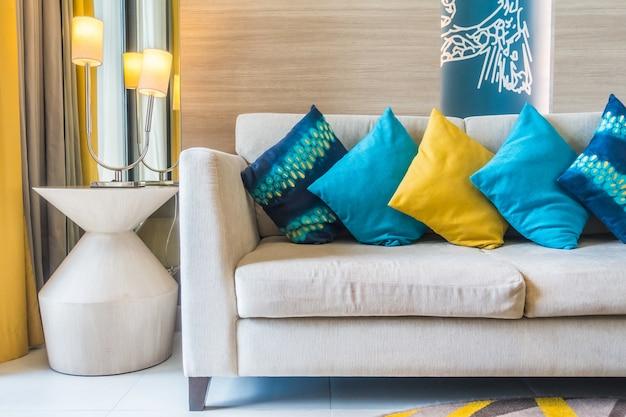 Couch mit farbigen kissen