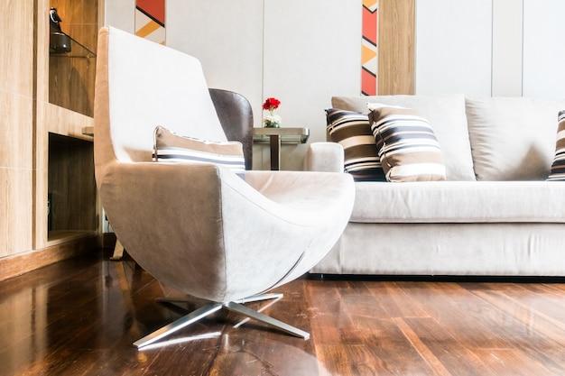 Couch und sessel aus dem boden gesehen
