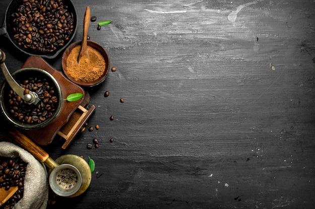 Couchtisch. frischer kaffee in einer türkischen mit einer handmühle. auf der schwarzen tafel.