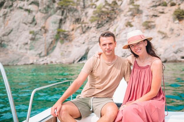 Coupl auf flitterwochen segeln auf boot in klarem offenem meer