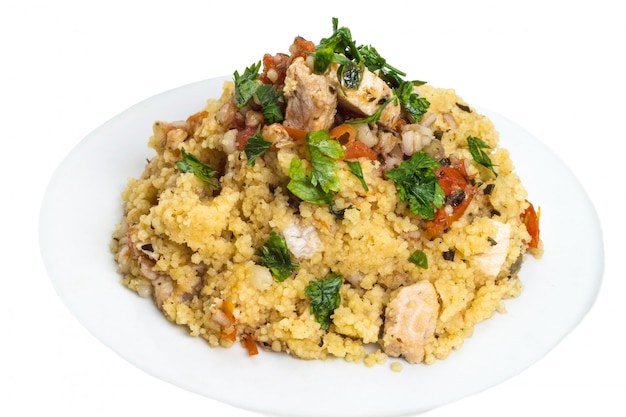 Couscous-getreideteller mit schwertfisch