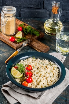 Couscous mit frischem gemüse und kräutern