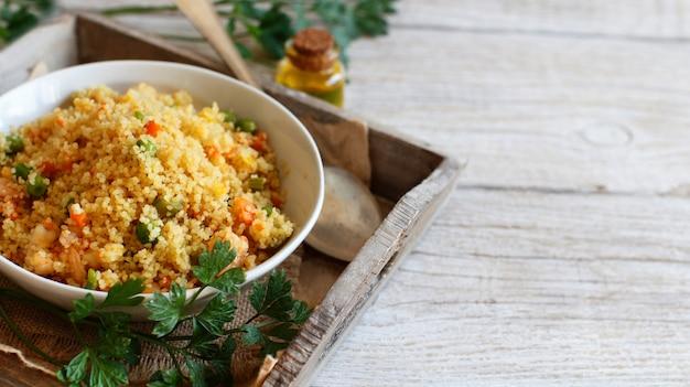 Couscous mit garnelen und gemüse in einer schüssel