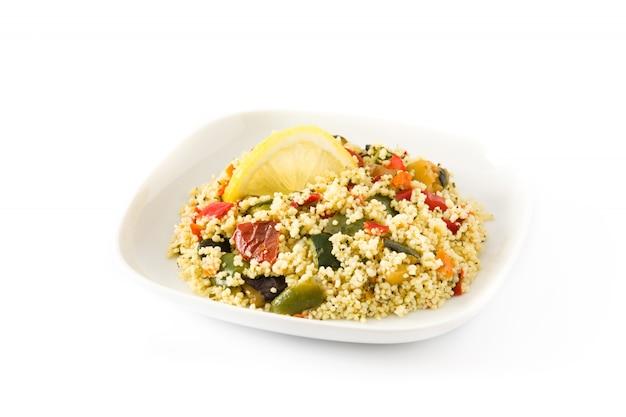 Couscous mit gemüse lokalisiert auf weißem hintergrund