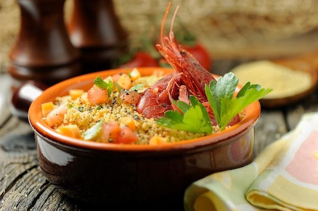 Couscous mit meeresfrüchten in einer schüssel