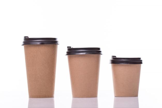 Covered paper kaffeetassen in verschiedenen größen isoliert auf weiß