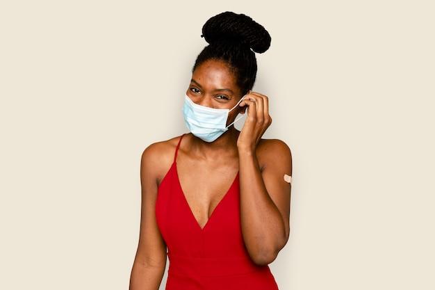 Covid-19-geimpfte frau nimmt maske in der neuen normalität ab