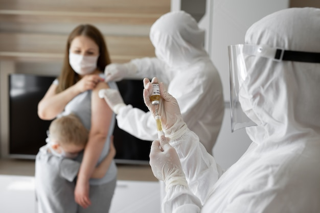 Covid-19, ncov 2019 oder corona-virus 2019. spritzeninjektion und impfstoff in arzthand. zur vorbeugung, immunisierung und behandlung von corona-virus-infektionen