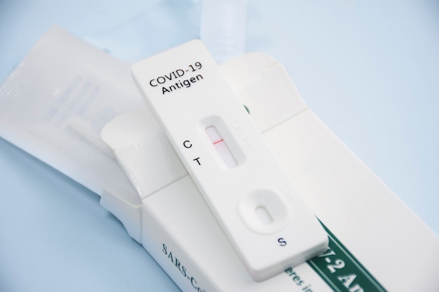 Covid-19 negatives testergebnis mit sars cov-2 rapid antigen test kit (atk), coronavirus infektionsschutzkonzept