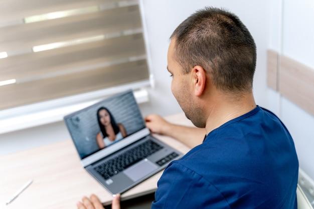 Covid-19. online-gesundheitsvorsorge. virtuelle online-beratung mit patientin. arzt, der während der coronavirus-pandemie medizinische beratung und behandlung gibt. lockdown und soziale distanzierung.