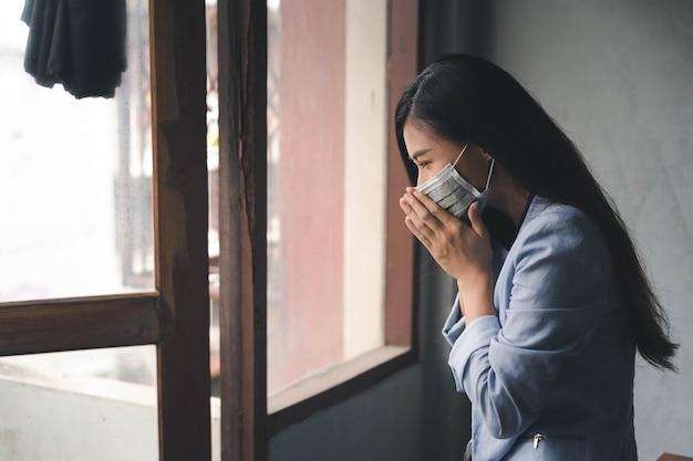 Covid-19-pandemie coronavirus, asiatische frau hat eine erkältung und symptome husten, fieber, kopfschmerzen und schmerzen pain