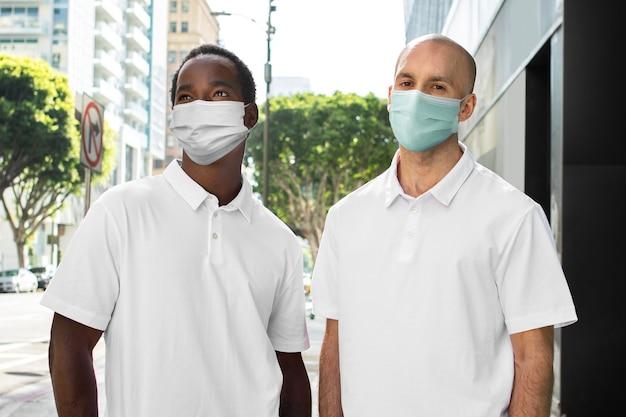 Covid-19-schutz, männer mit masken in der stadt