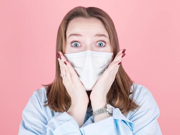 Covid-19, soziales distanzierungs-, virus- und lifestyle-konzept. schockierte frau in weißem hemd und medizinischer maske, besorgt und besorgt über die eigene gesundheit während des ausbruchs des coronavirus