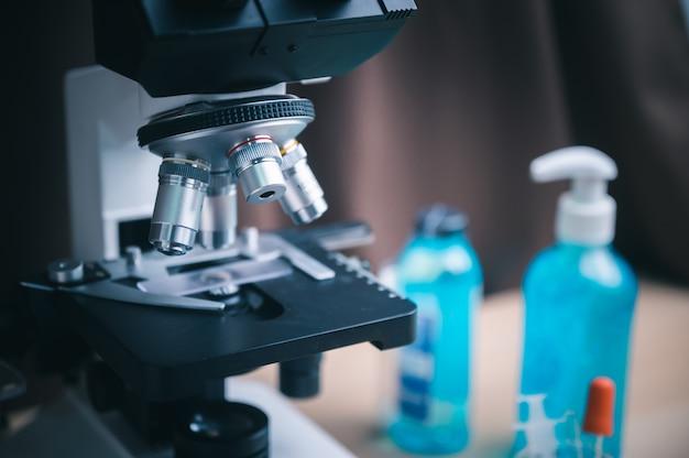 Covid-19-test und laborprobe einer blutuntersuchung zur diagnose einer neuen corona-virus-infektion (neuartige corona-virus-krankheit 2019) aus wuhan, china. pandemisches infektiöses konzept