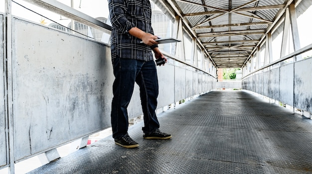 Covid-19 und arbeitslosigkeitskonzept. resignation und stress. arbeitsplatzverluste durch das coronavirus in thailand. wirtschaftliche probleme für arbeitnehmer.