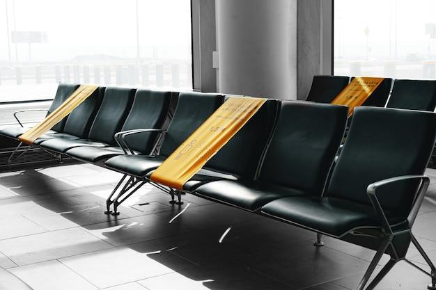Covid-beschränkungshinweise für wartende sitzplätze am flughafen