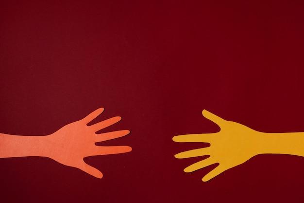 Covid konzept mit händen und rotem hintergrund