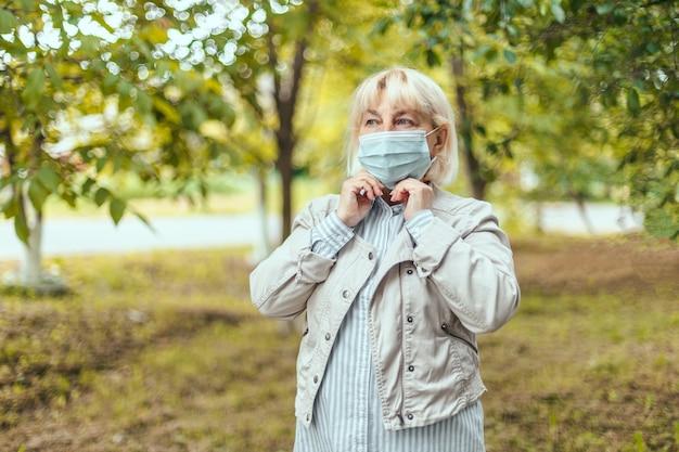 Covid-masken tragen obligatorisch in der stadt glückliche frau mit gesichtsmaske